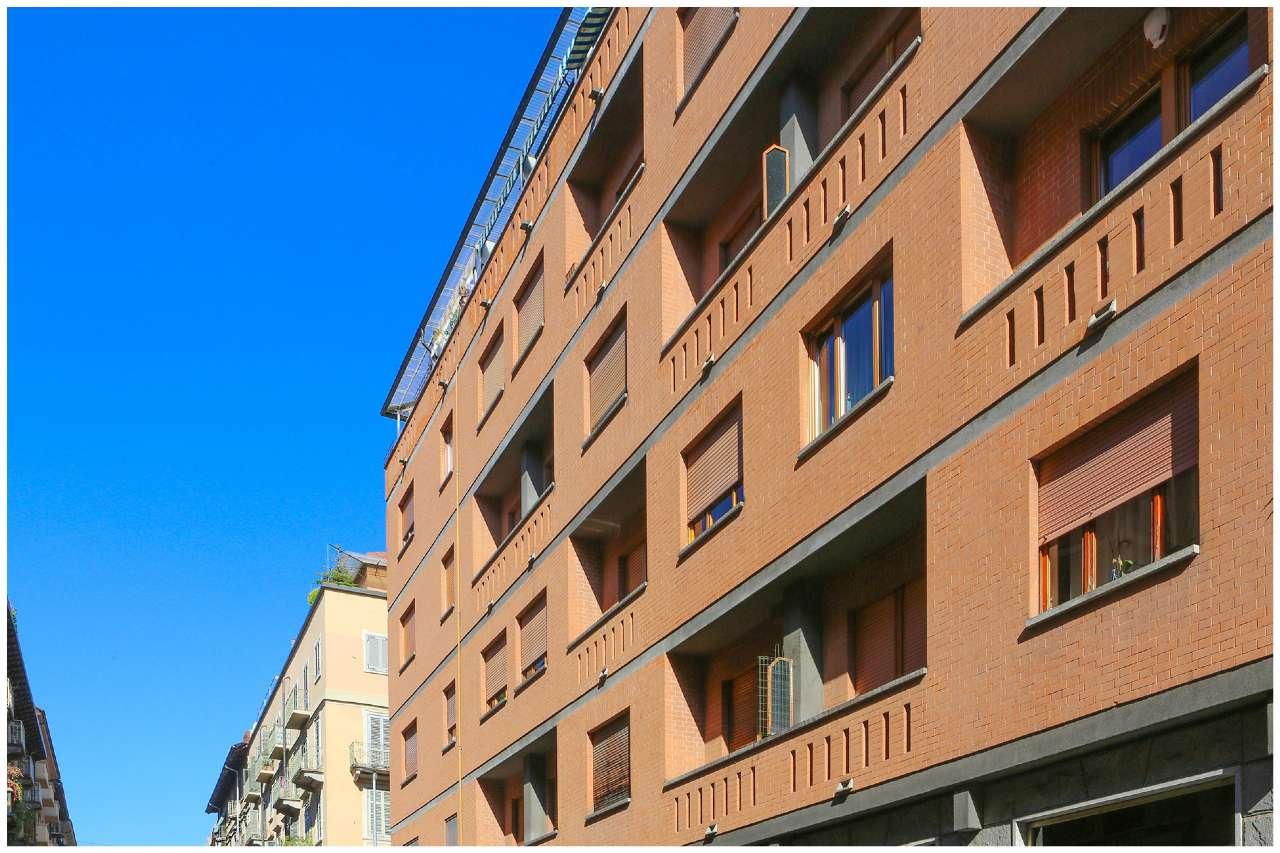 Immagine immobiliare Ampio ed elegante appartamento Torino, Via Saluzzo, pressi C.so Dante. Ampio ed elegante appartamento di circa 130 mq al quarto piano di signorile stabile degli anni '70. Accogliente ingresso, grande salone, cucina abitabile, 2 camere,...