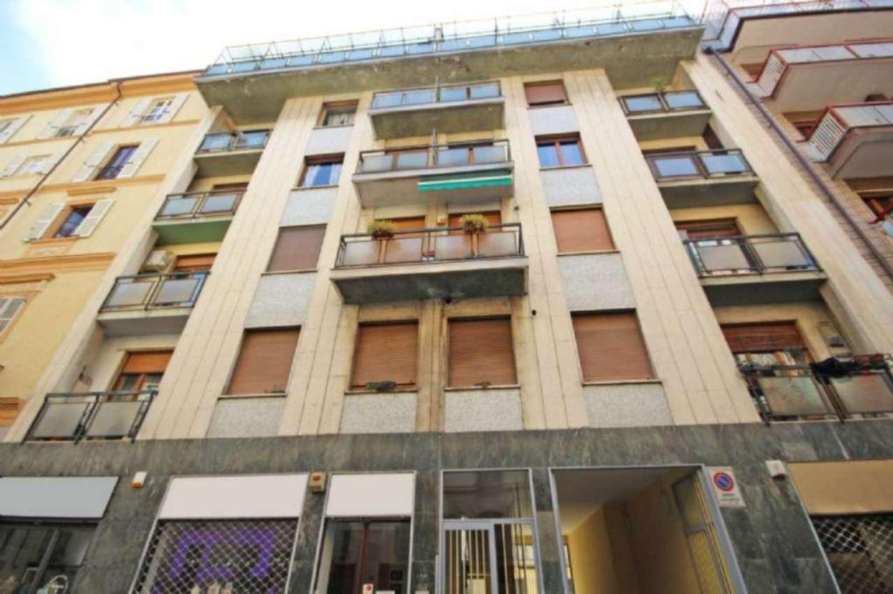 Immagine immobiliare Via Buniva, magazzino di mq. 132 ca. sito al piano interrato, con bagno. Unico accesso dalle scale condominiali, no ascensore, no accesso carraio. Non riscaldato