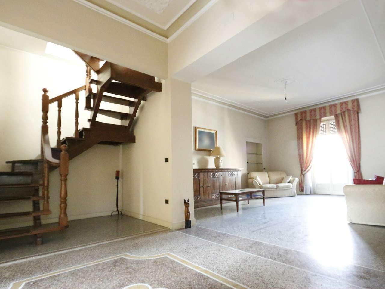 Immagine immobiliare ACQUI TERME - CENTRO STORICO - Nel centro storico di Acqui Terme, in bel palazzo d'epoca, appartamento di ampia metratura disposto su due livelli con tre balconi. L'appartamento è composto, al primo livello da ampio ingresso con...