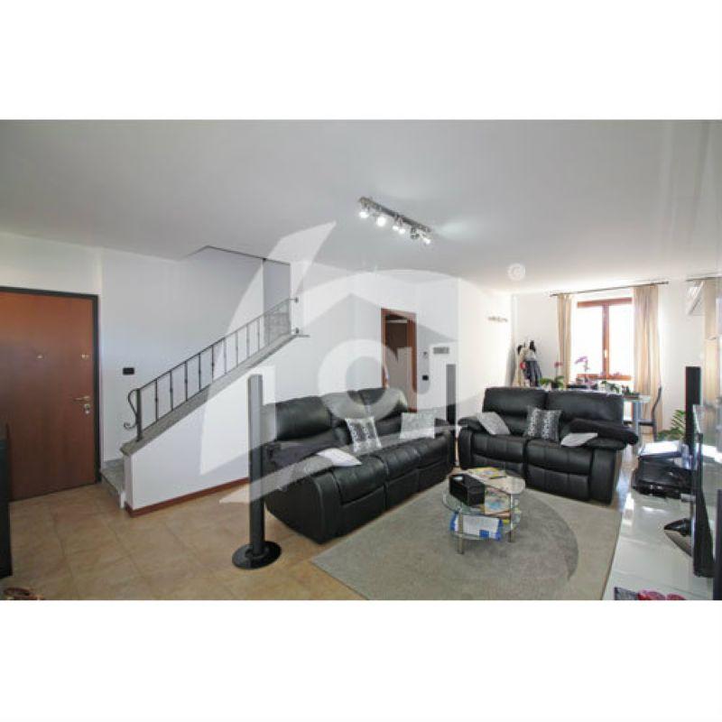Appartamento in vendita a Laveno-Mombello, 4 locali, prezzo € 204.000 | Cambio Casa.it
