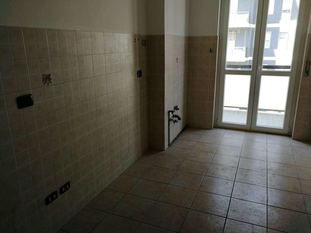 Appartamento in Affitto a Milano 27 Baggio / Novara / Forze Armate: 2 locali, 70 mq