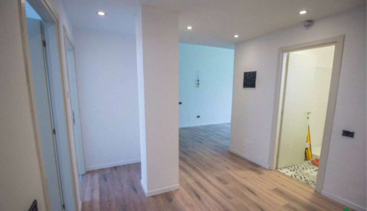 Appartamento in vendita 4 vani 100 mq.  via Isimbardi Milano