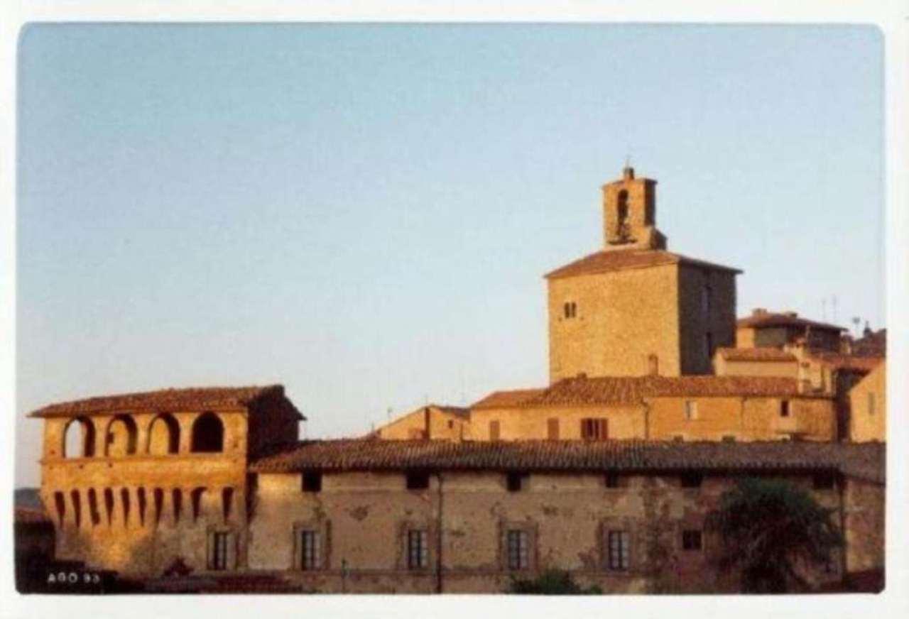 Palazzo / Stabile in Vendita a Panicale