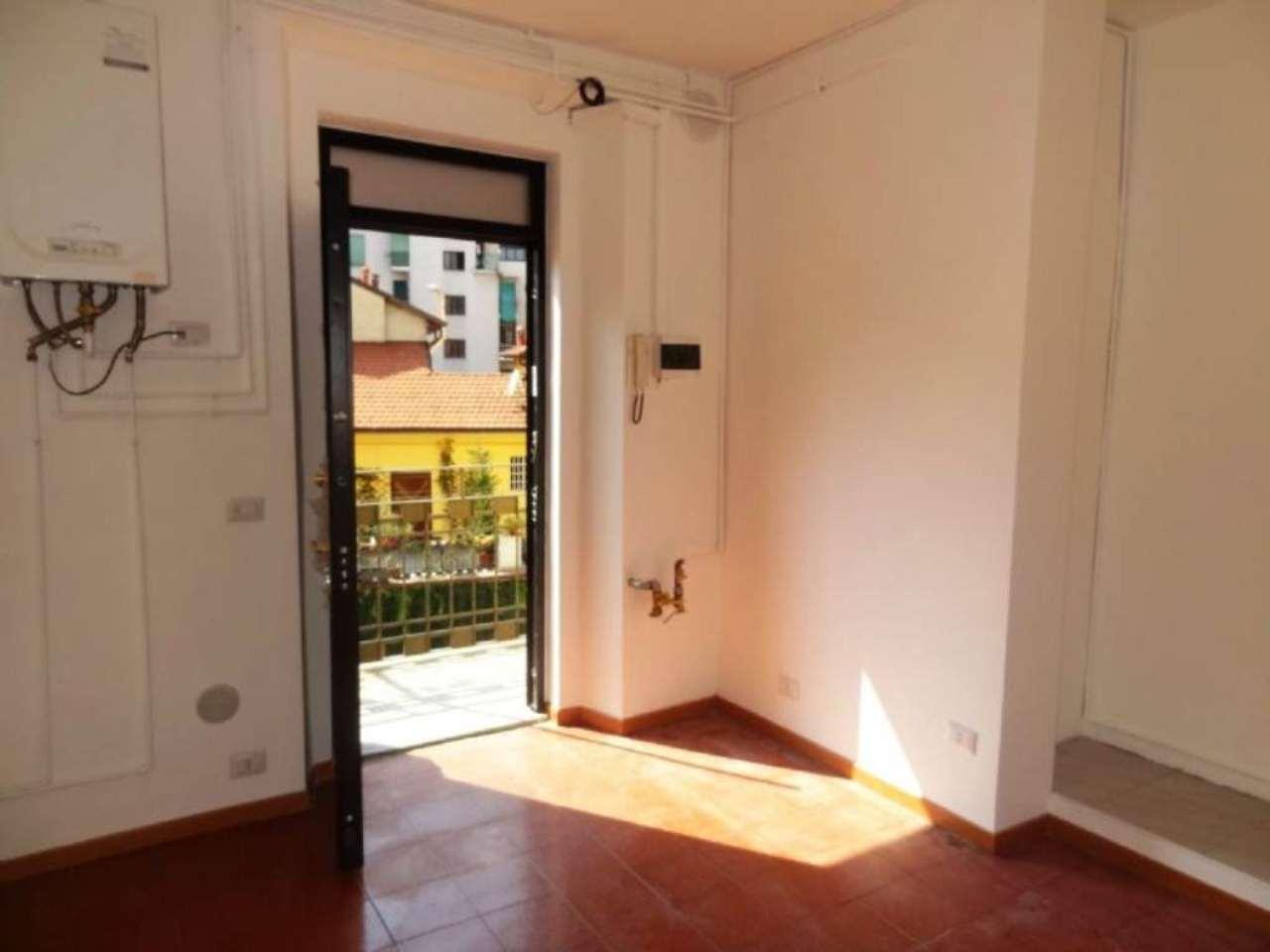 Bilocale Milano Via Adelchi 2