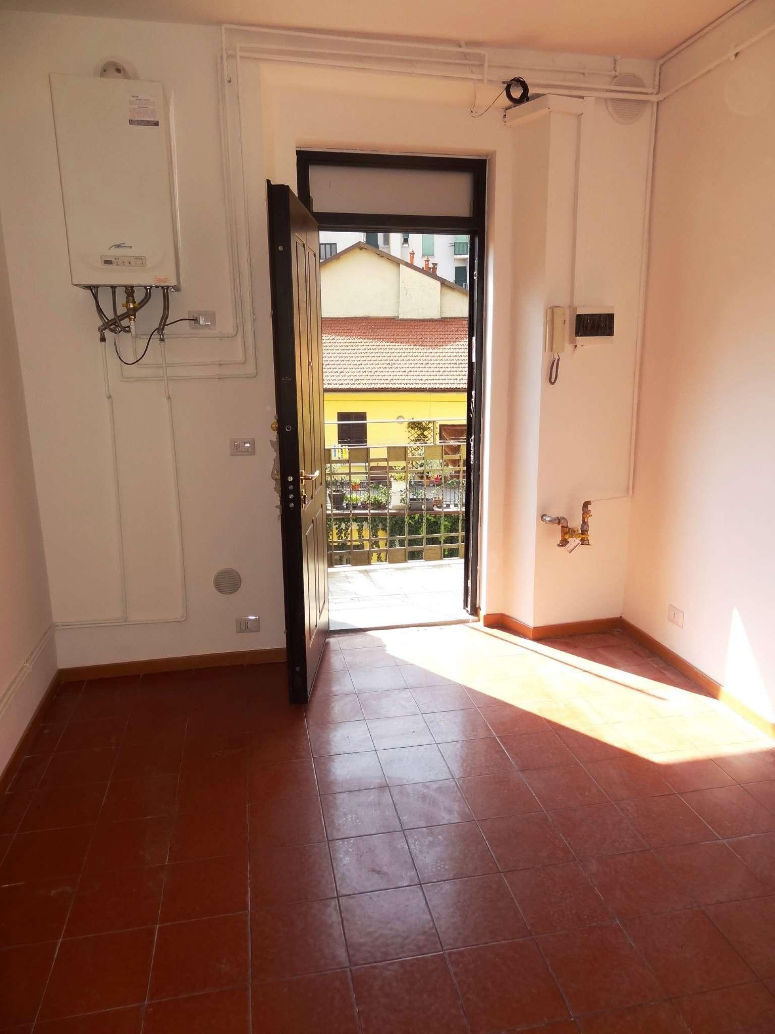 Bilocale Milano Via Adelchi 3