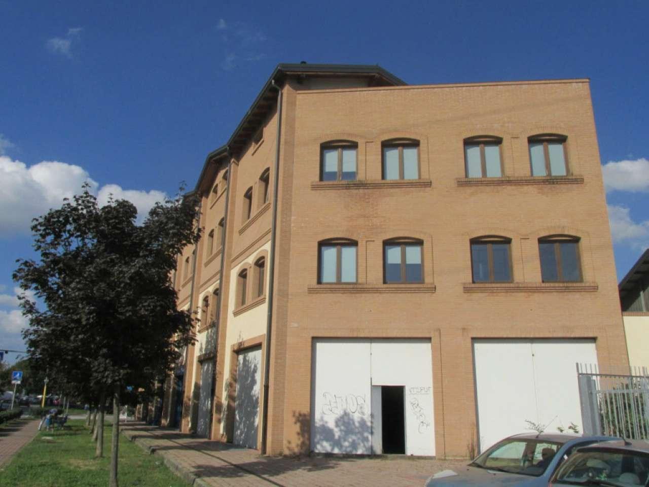 Negozio-locale in Affitto a Segrate: 5 locali, 200 mq