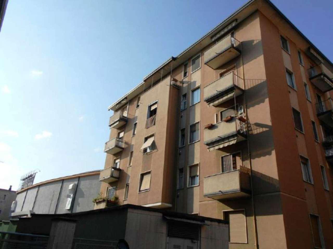 Bilocale Milano Via Inganni 1