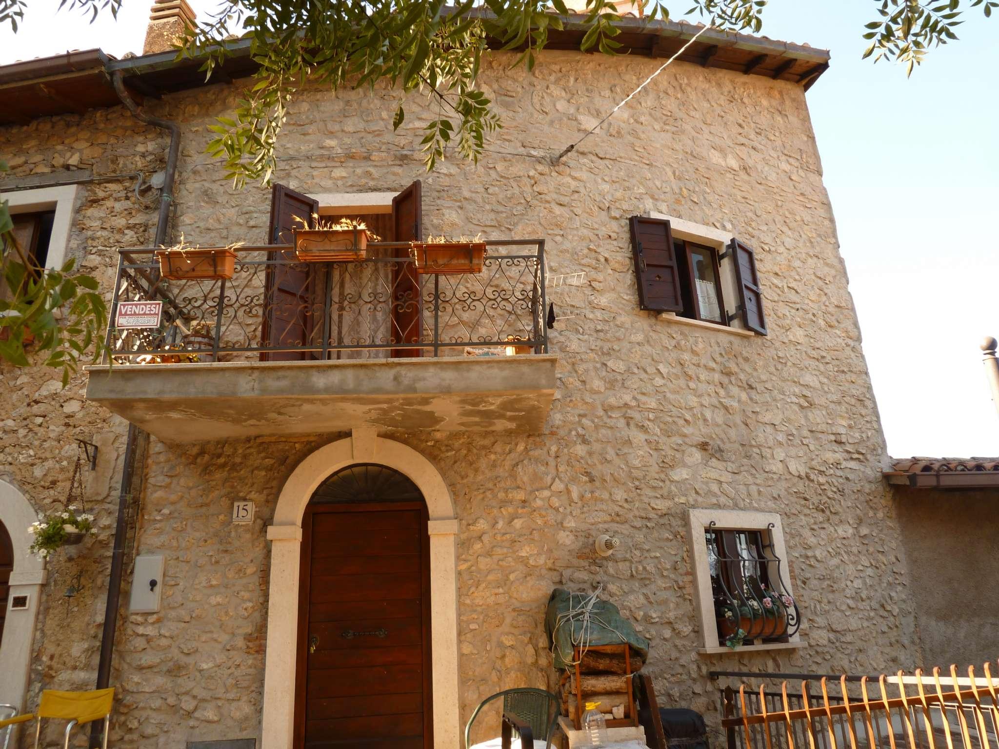 Palazzo / Stabile in Vendita a Pereto
