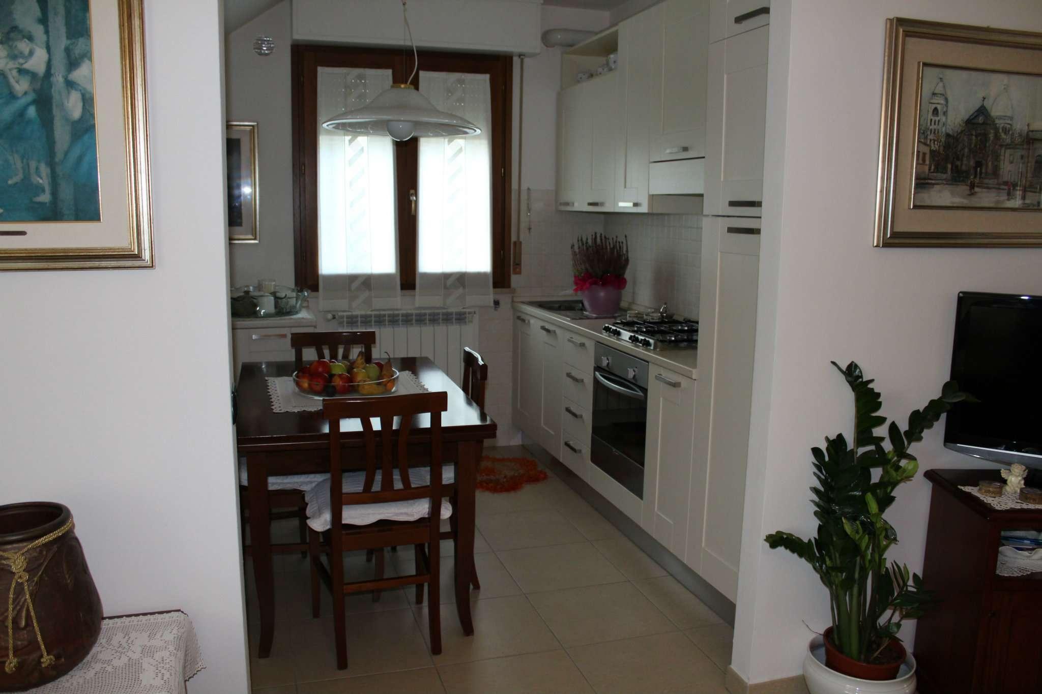 Appartamento in vendita a Vallefoglia, 9 locali, prezzo € 240.000 | Cambio Casa.it