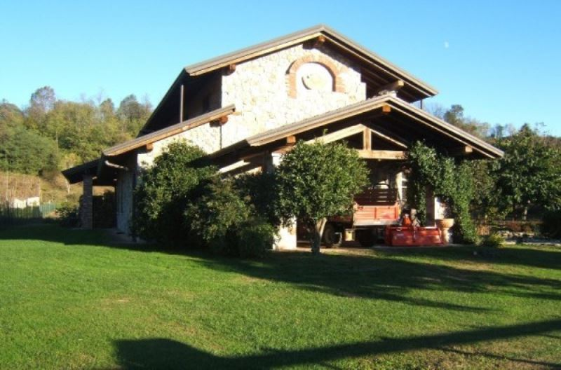 Villa in Vendita a Angera