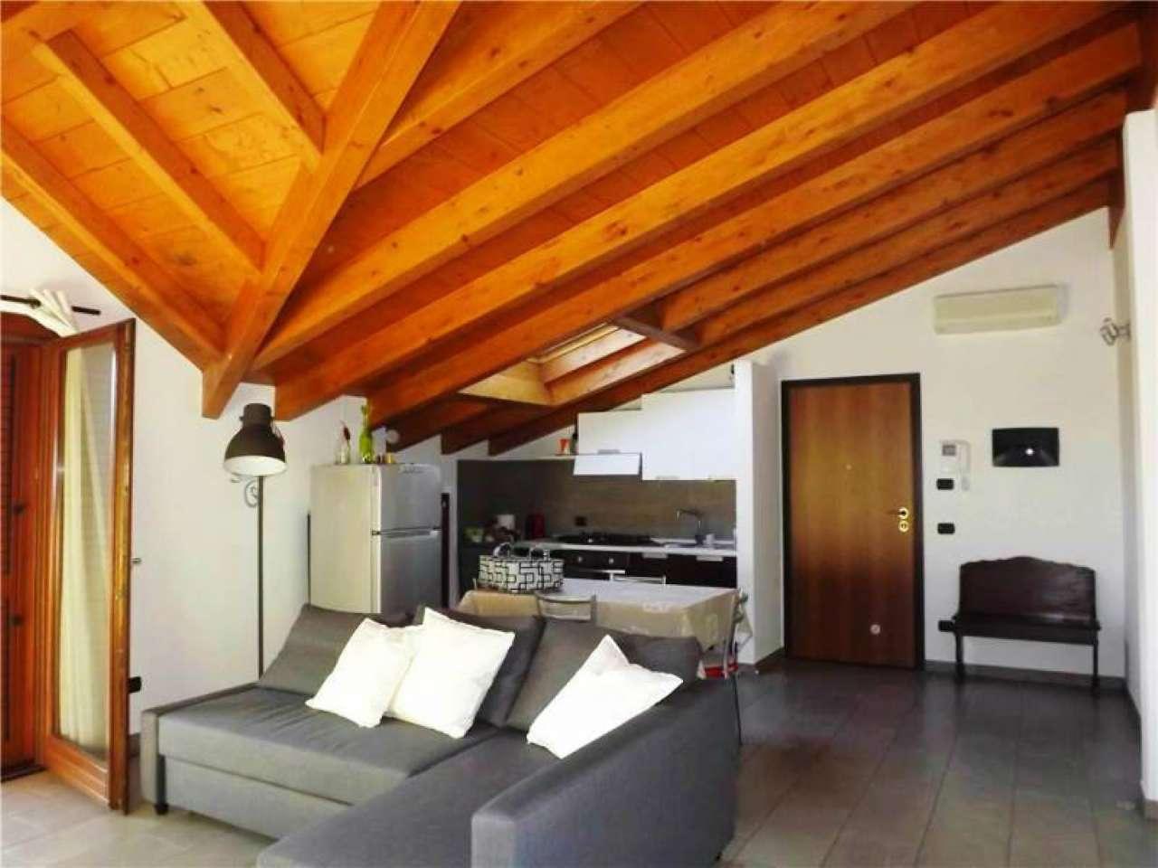 Appartamento in vendita a Sesto Calende, 3 locali, prezzo € 143.000 | Cambio Casa.it