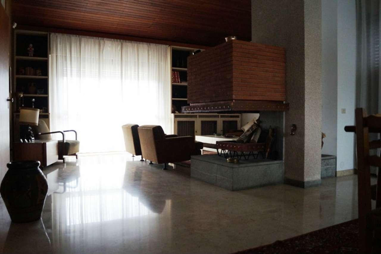 Villa in vendita a Sesto Calende, 5 locali, prezzo € 410.000 | Cambio Casa.it