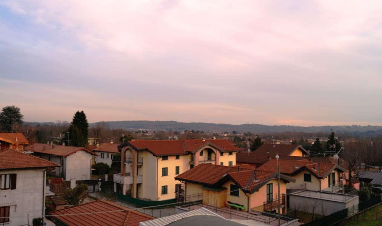 Appartamento in vendita a Sesto Calende, 4 locali, prezzo € 100.000 | CambioCasa.it