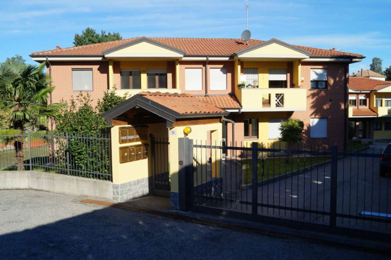 Appartamento in affitto a Taino, 2 locali, prezzo € 450 | CambioCasa.it