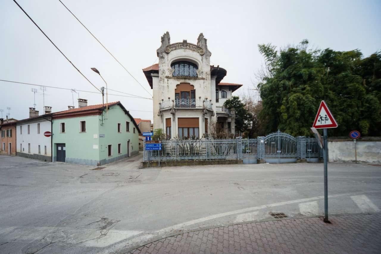 Palazzo / Stabile in Vendita a Caraglio