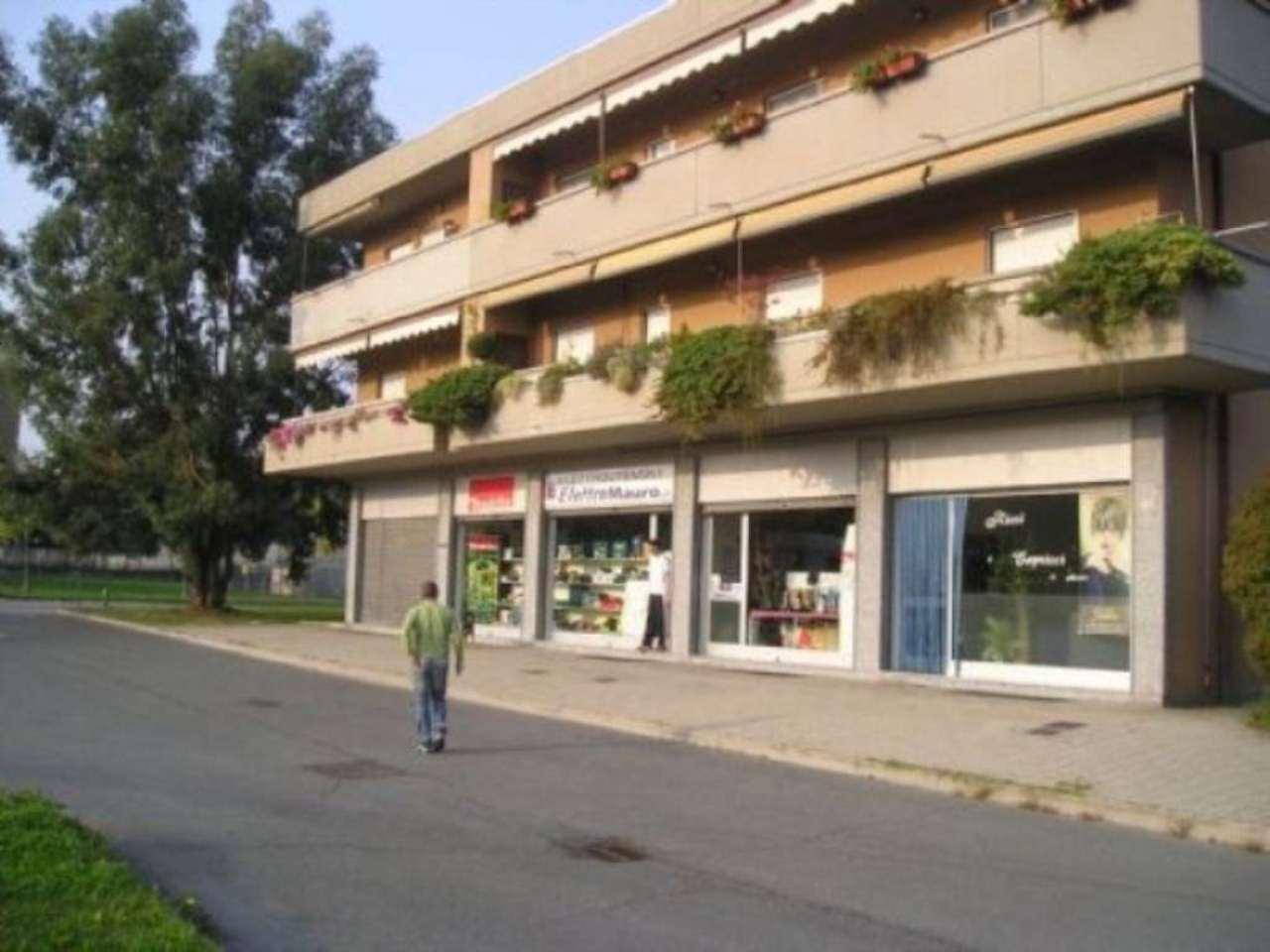 Immagine immobiliare locale commerciale con affaccio su piazza RIVAROLO CANAVESE Via Don Capirone, zona Officine Bausano, affittiamo locale commerciale di 65 mq. circa vuoto fronte ampia piazza a parcheggio. L'immobile, oltre la vetrina fronte strada, ha...