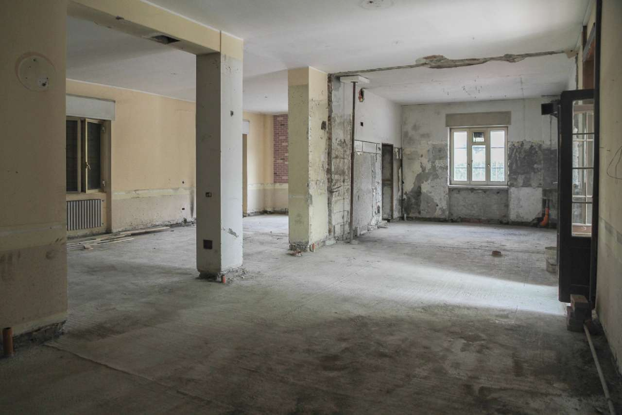 Negozio / Locale in affitto a Seriate, 2 locali, prezzo € 2.000 | CambioCasa.it