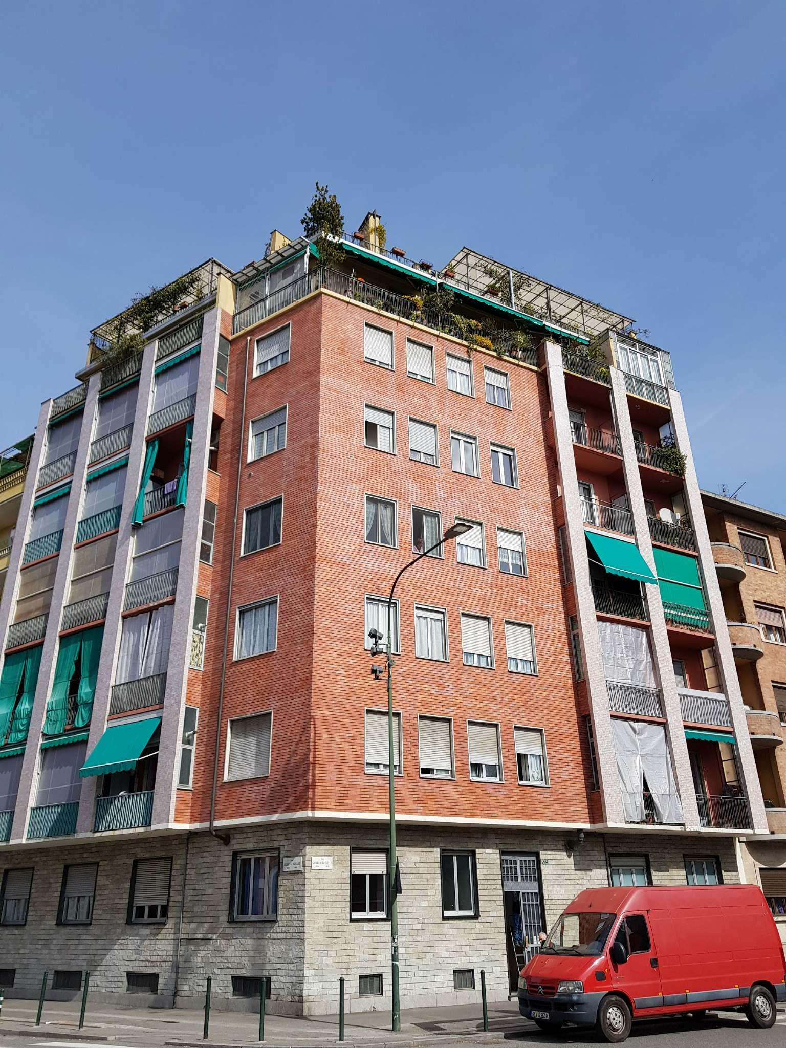 Immagine immobiliare pressi piazza respighi, via paisiello ottimo trilocale con box € 79.000 descrizione dell'appartamentol'appartamento è posto al piano rialzato, si affaccia su via viriglio e su cortile con una doppia esposizione....