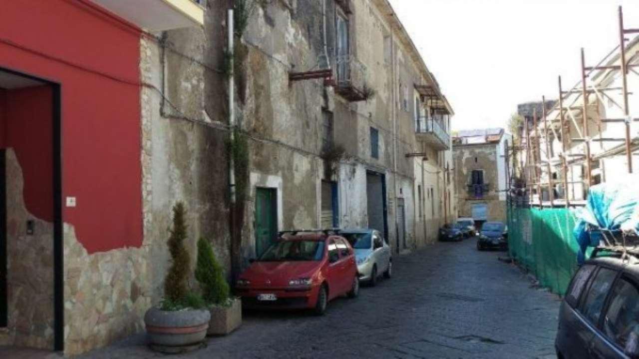 Palazzo / Stabile in vendita a Nola, 14 locali, prezzo € 260.000   CambioCasa.it