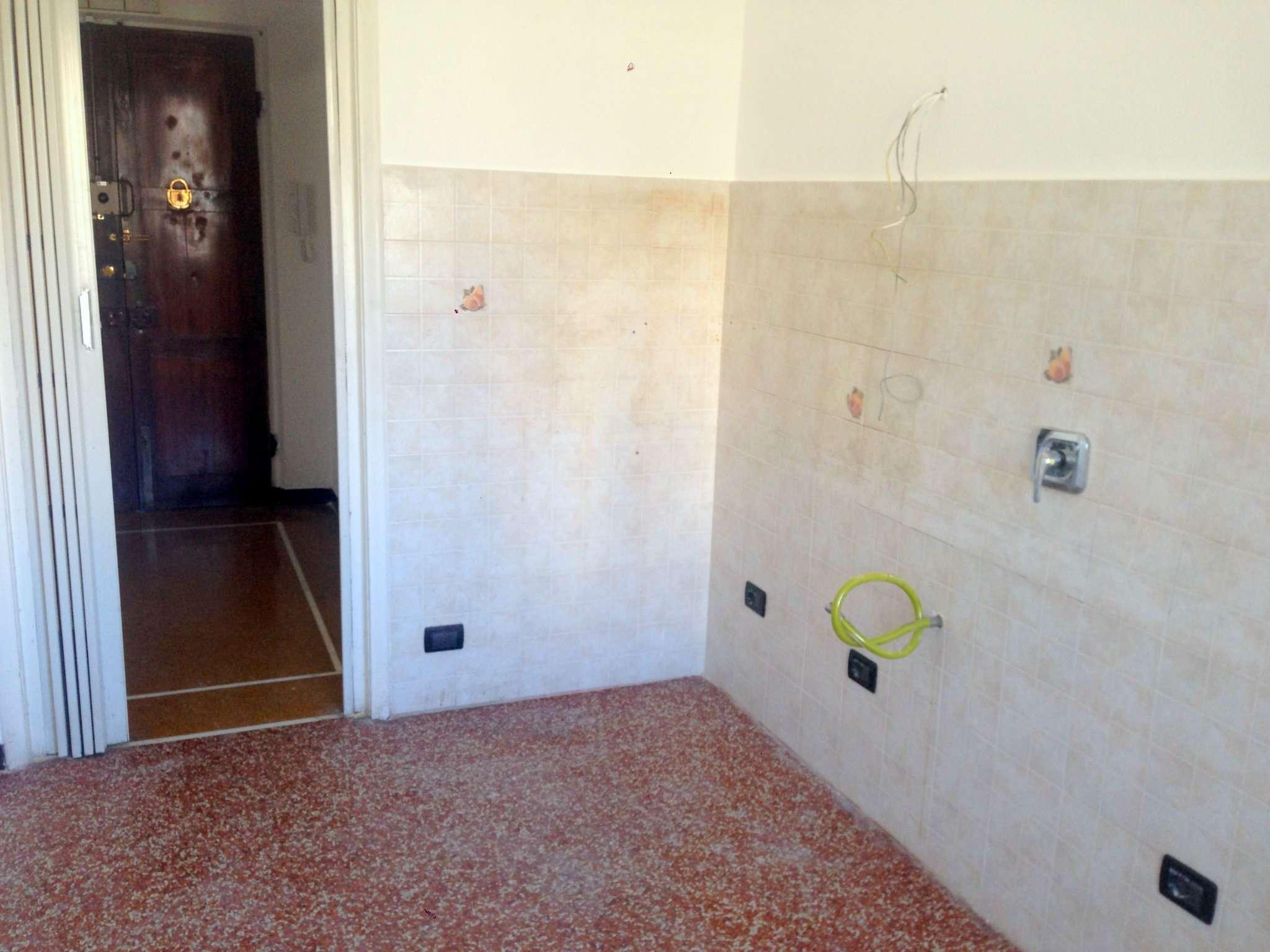 Bilocale Genova Via Cantore 8