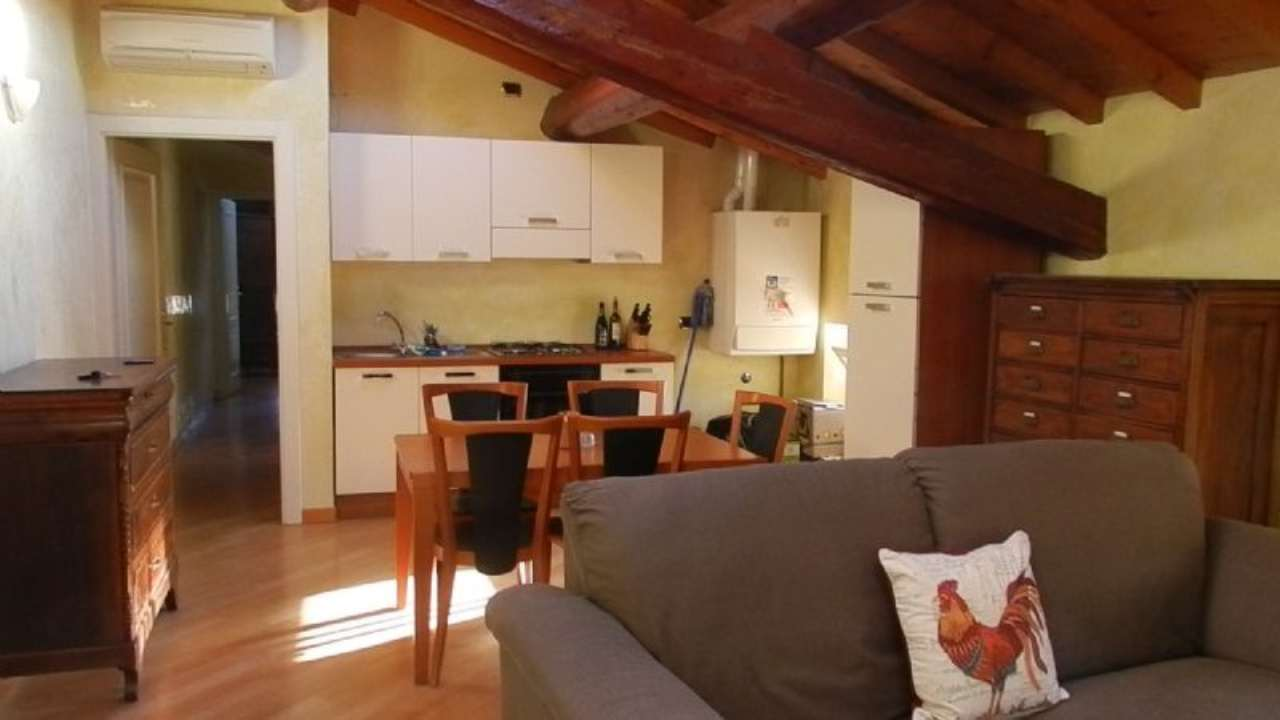 Attico / Mansarda in affitto a Desenzano del Garda, 3 locali, prezzo € 750 | Cambio Casa.it