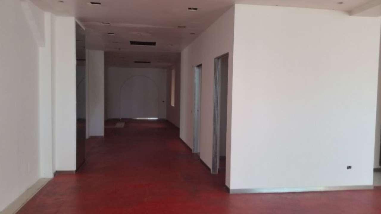Negozio / Locale in affitto a Desenzano del Garda, 3 locali, prezzo € 4.500 | Cambio Casa.it