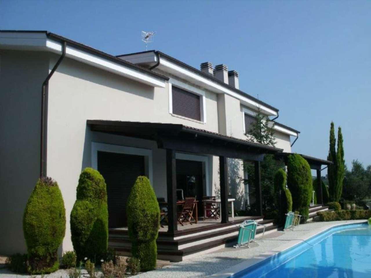 Villa Tri-Quadrifamiliare in Affitto a Città Sant'Angelo