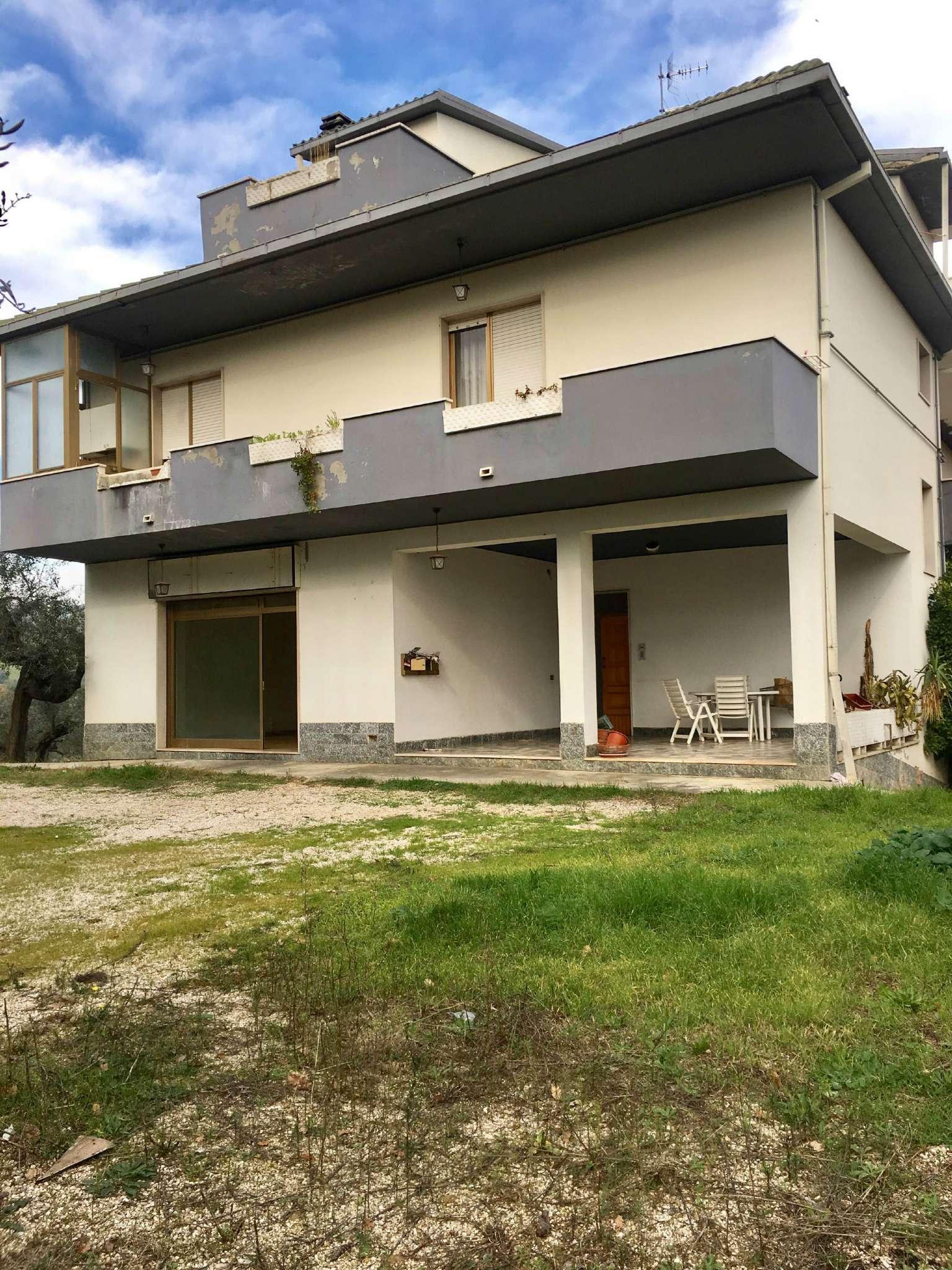 Appartamento in affitto a Collecorvino, 6 locali, prezzo € 500 | Cambio Casa.it