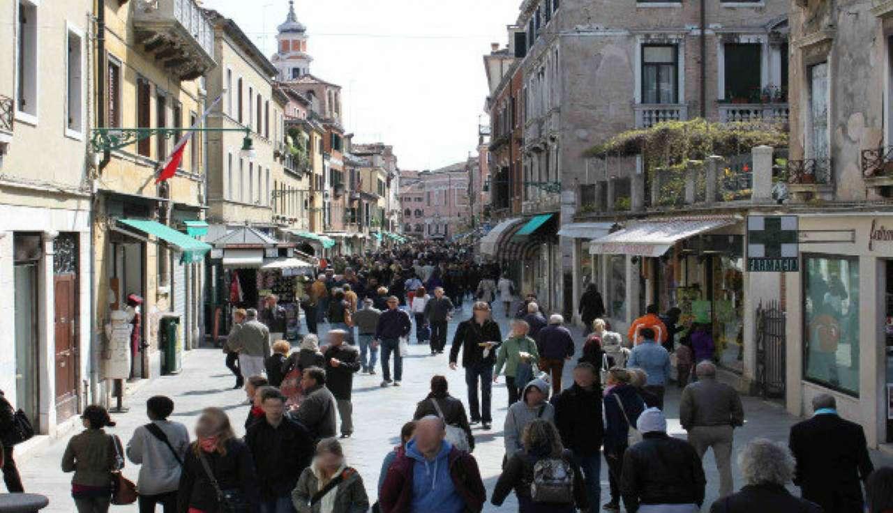 Negozio / Locale in affitto a Venezia, 9999 locali, zona Zona: 3 . Cannaregio, prezzo € 2.400 | CambioCasa.it