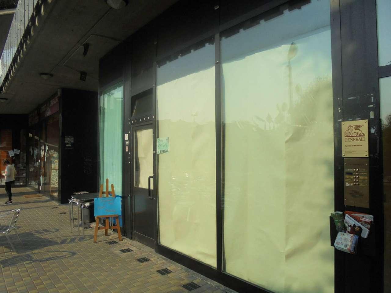 Immagine immobiliare Nichelino Nichelino affittasi Centralissimo su piazza di forte passaggio negozio mq.70 + mq.100 circa di interrato con servizio interno. Una vetrina su strada. Termoautonomo