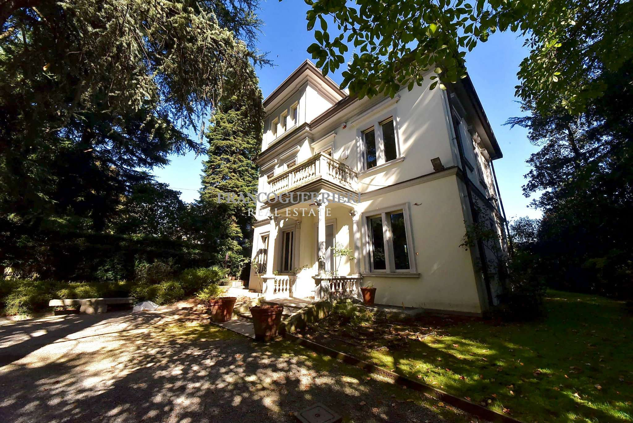 Villa in Vendita a Carate Brianza: 5 locali, 730 mq