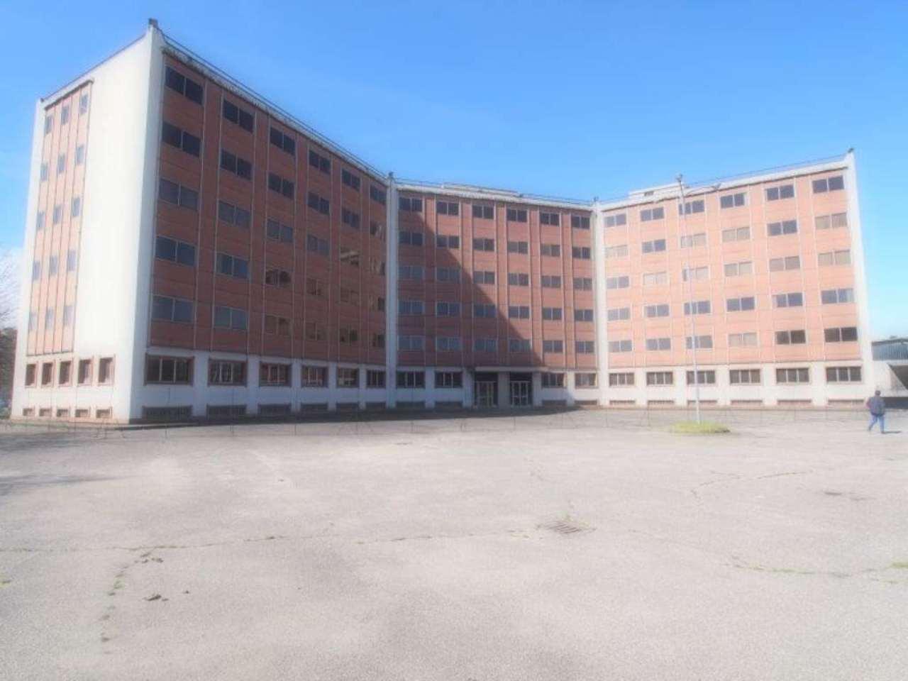 Immagine immobiliare In zona Pescarito, affittasi palazzina uffici + magazzini per complessivi 5809 mq. Dieci box auto. Da ristrutturare