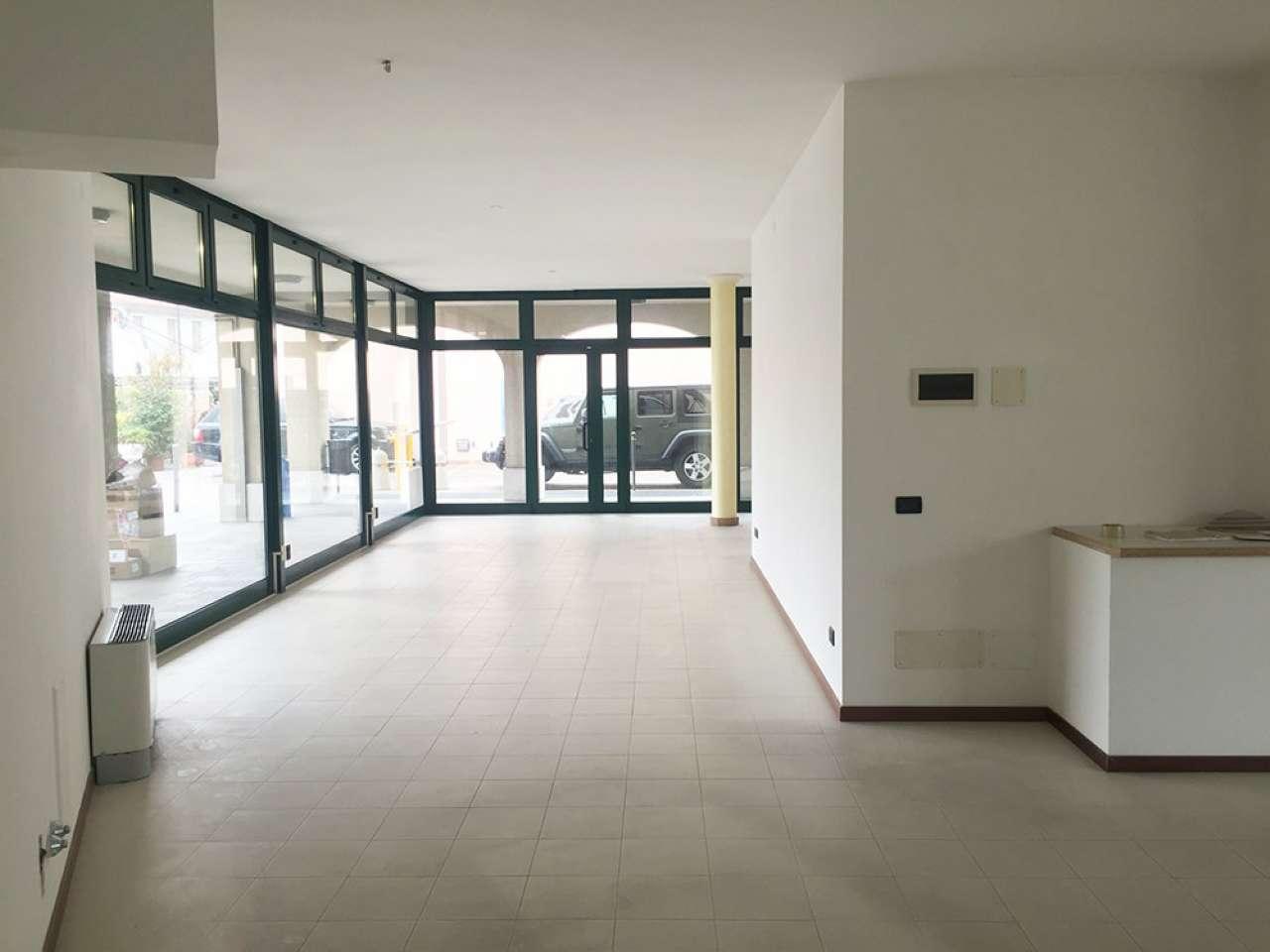 Negozio / Locale in affitto a Legnaro, 2 locali, prezzo € 1.300 | CambioCasa.it