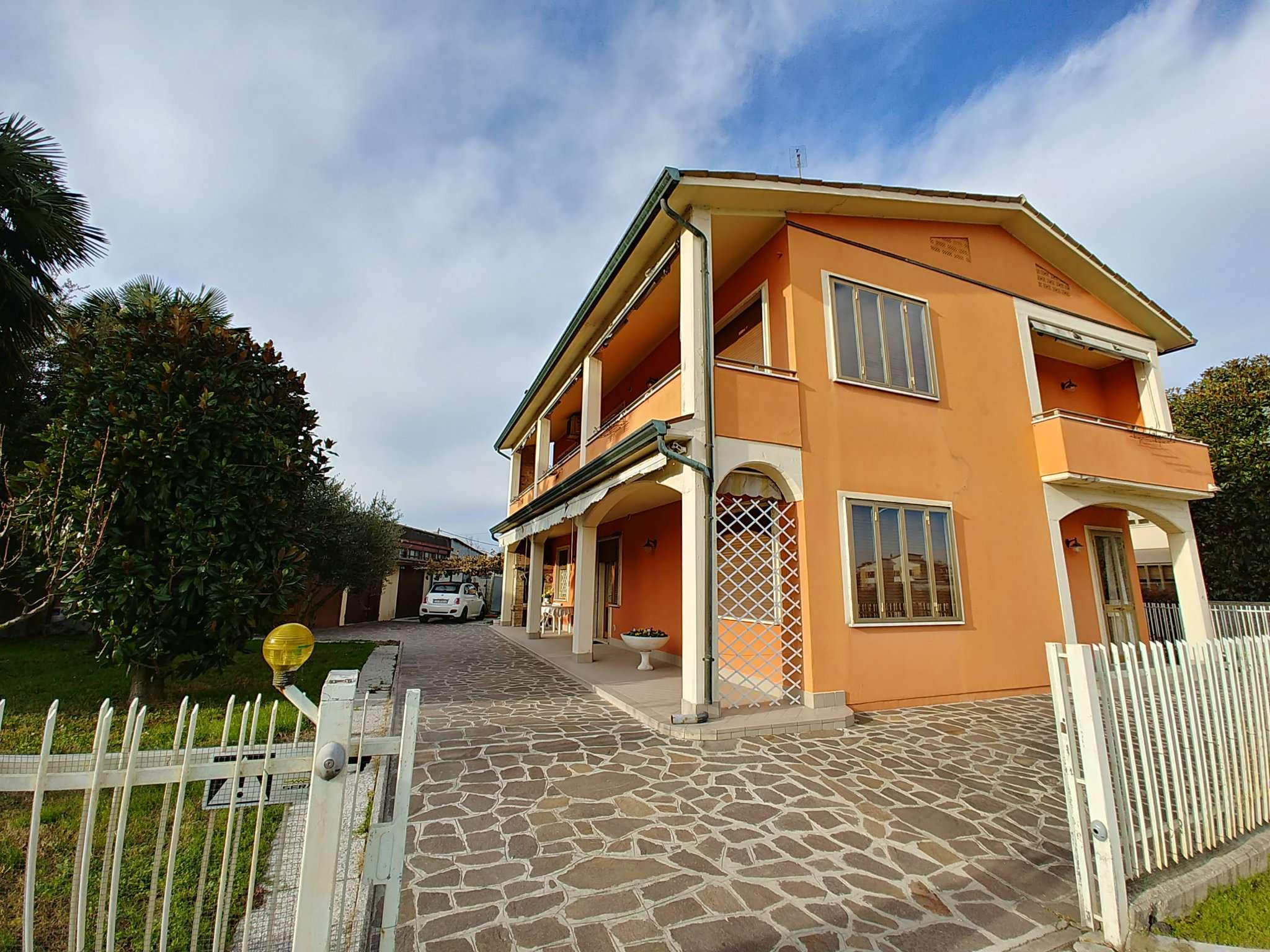 Appartamento in affitto a Legnaro, 5 locali, prezzo € 600   CambioCasa.it