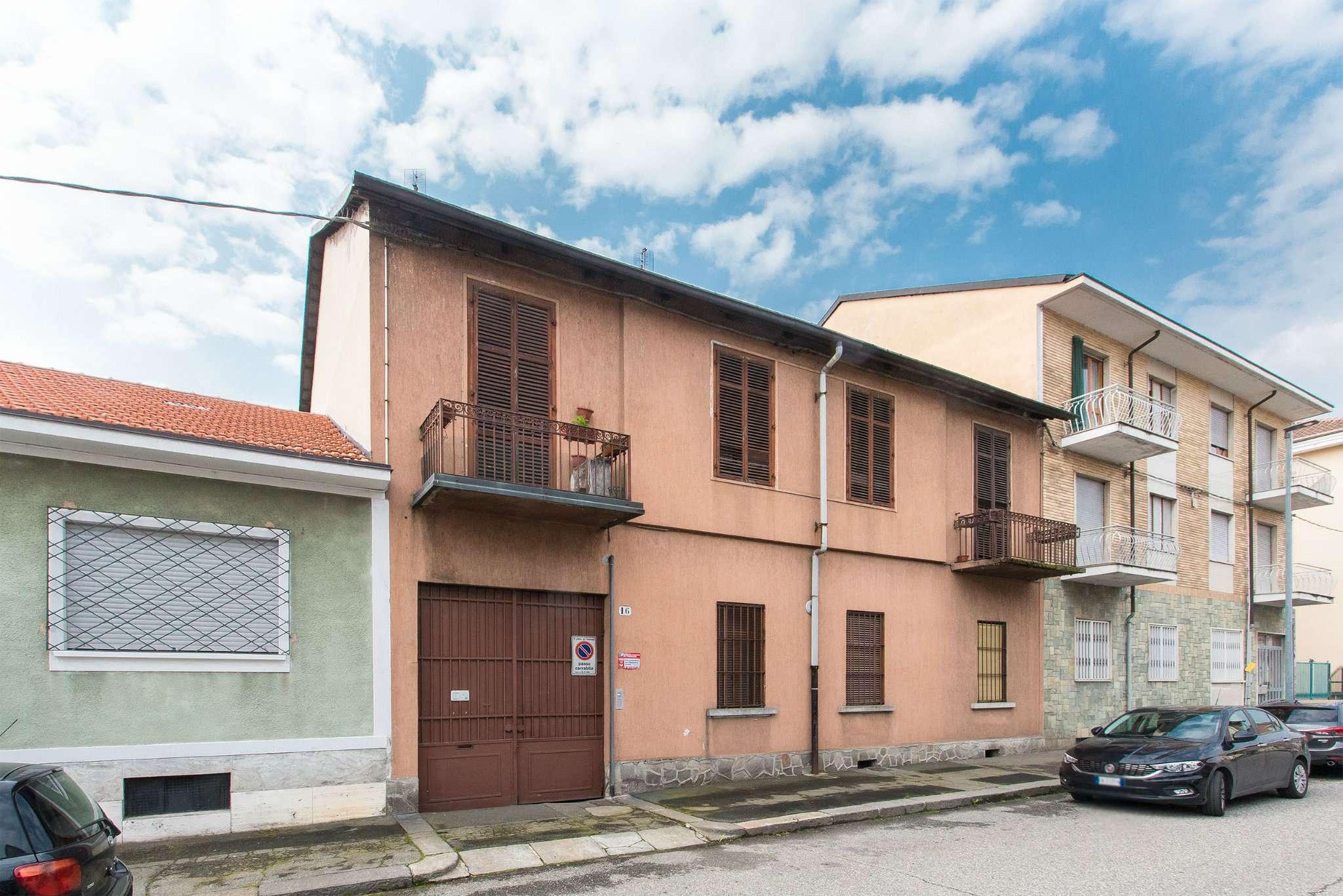 Immagine immobiliare Casetta indipendente Comodo ai servizi, pressi corso Vercelli, vendiamo intera casa con giardino di 1000 metri con possibilità di costruzione.La proprietà è indipendente su 2 lati ed ha due piani con...