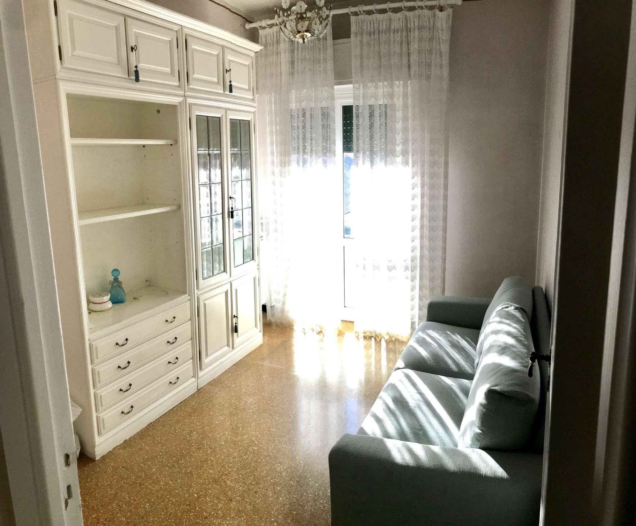 Appartamento in Affitto a Genova Centro: 5 locali, 70 mq