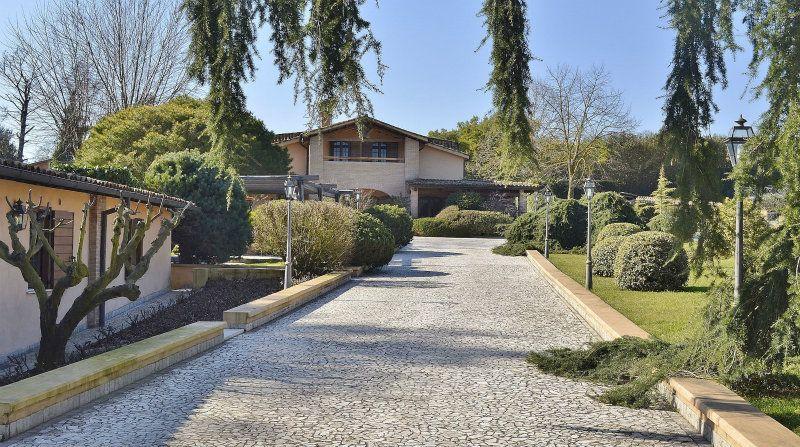 Villa in vendita a Bracciano, 14 locali, prezzo € 1.800.000 | Cambiocasa.it