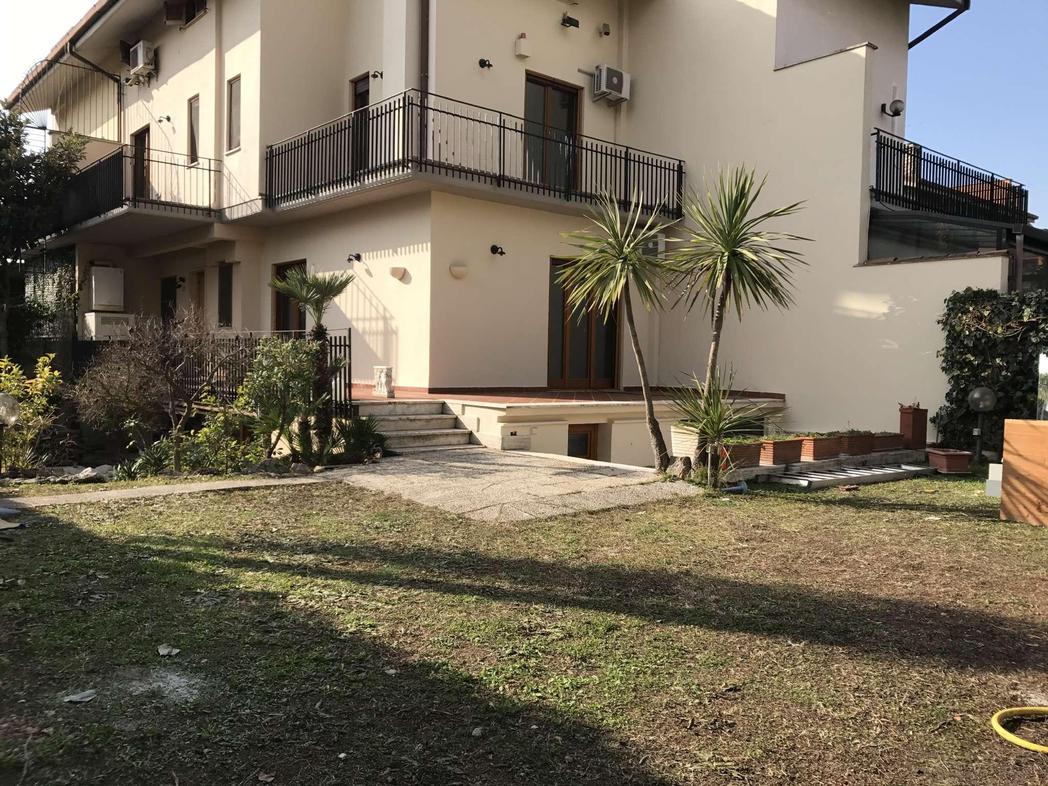 Villa Quadrifamiliare in vendita 6 vani 213 mq.  via Stesicoro Roma
