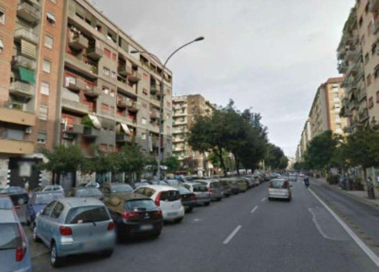 Diviso in ambienti/Locali in vendita a Roma in Via Ad. Grimaldi Francesco