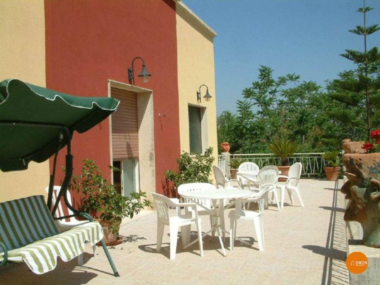 Villa in vendita a Noto, 11 locali, prezzo € 450.000 | CambioCasa.it