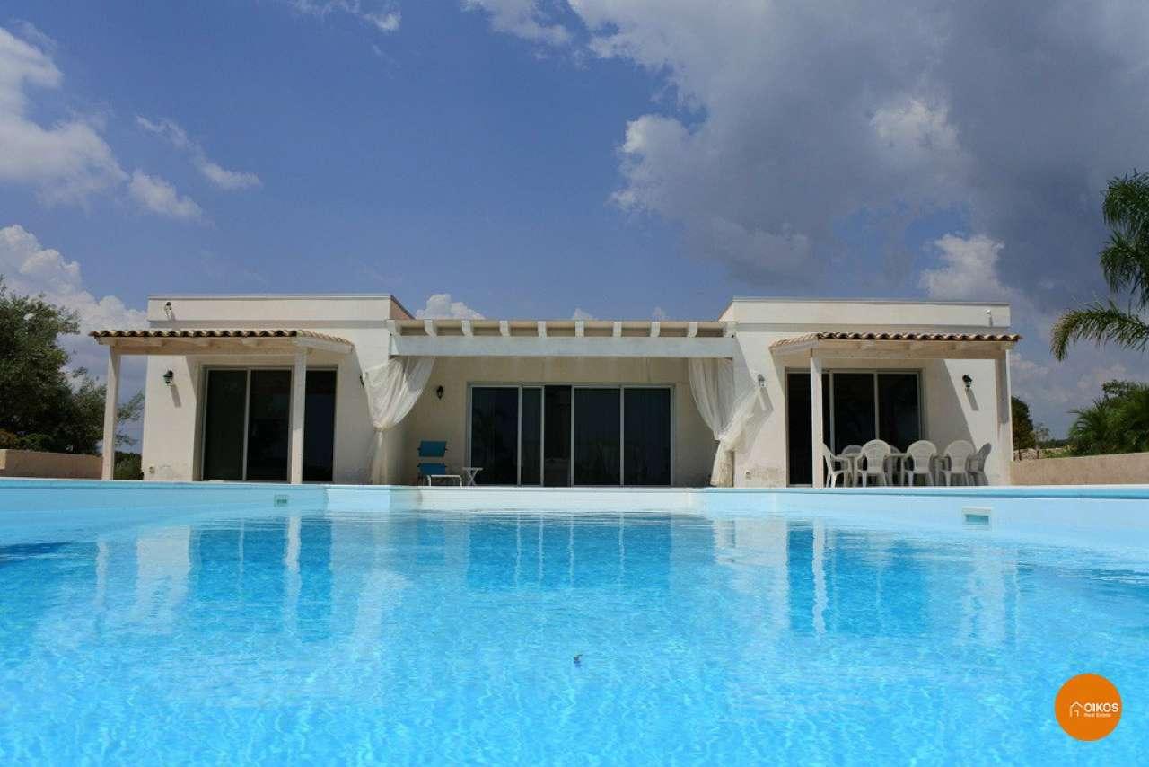Villa in vendita a Noto, 8 locali, prezzo € 550.000 | CambioCasa.it
