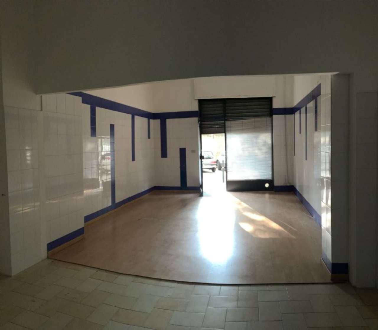 Immagine immobiliare locale commerciale in affitto a Grugliasco In zona adiacente al centro, locale commerciale con 1 vetrina. Superficie di vendita di 35 mq circa e retro con servizio. Contratto 6+6 di € 520 mensili.