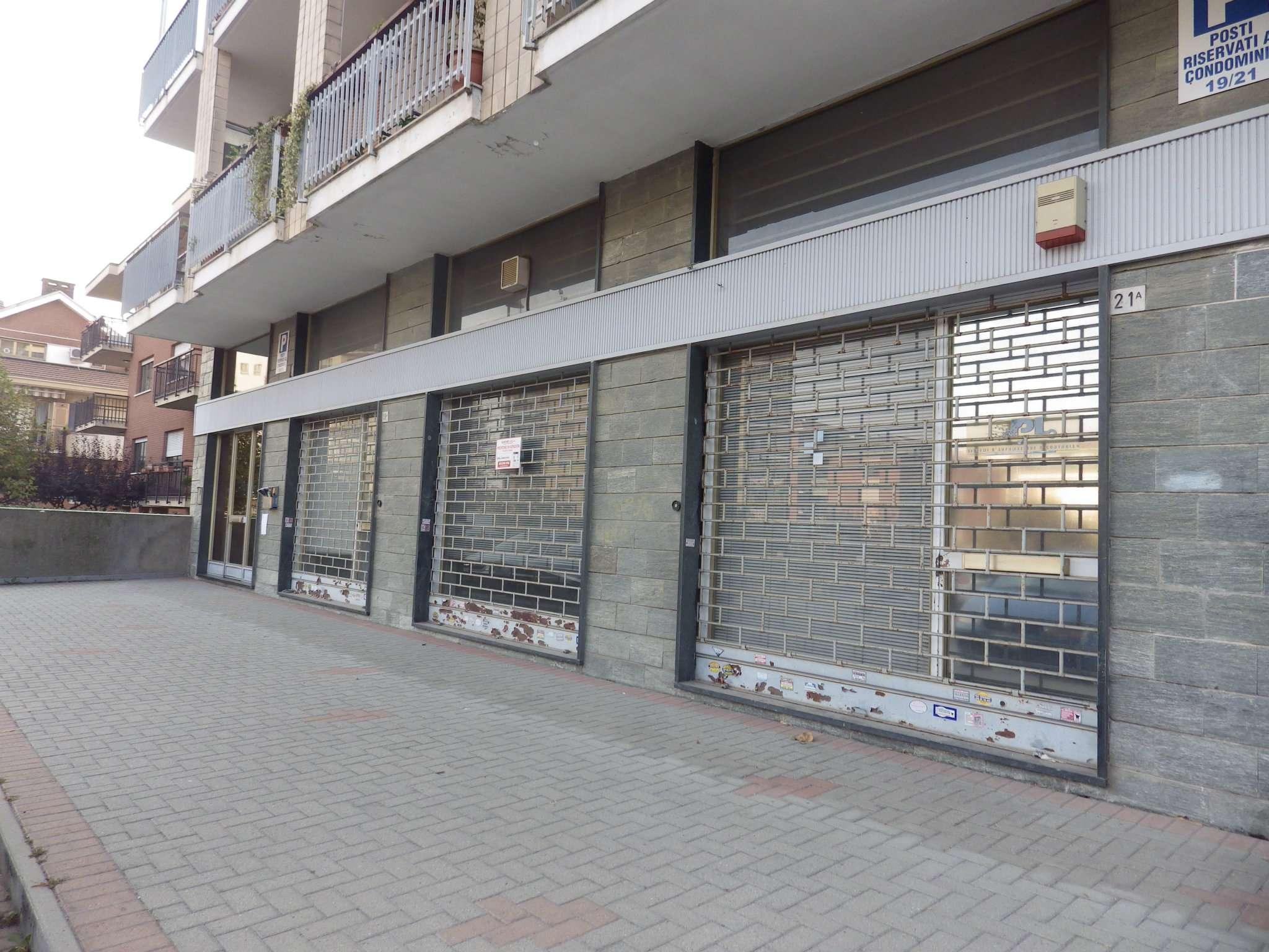 Immagine immobiliare Locale commerciale a Collegno In prossimità del Corso Francia, locale commerciale di circa 130 mq. ad uso negozio con 3 vetrine, retro e servizi. Cantina.Locale luminoso. LIBERO SUBITO.