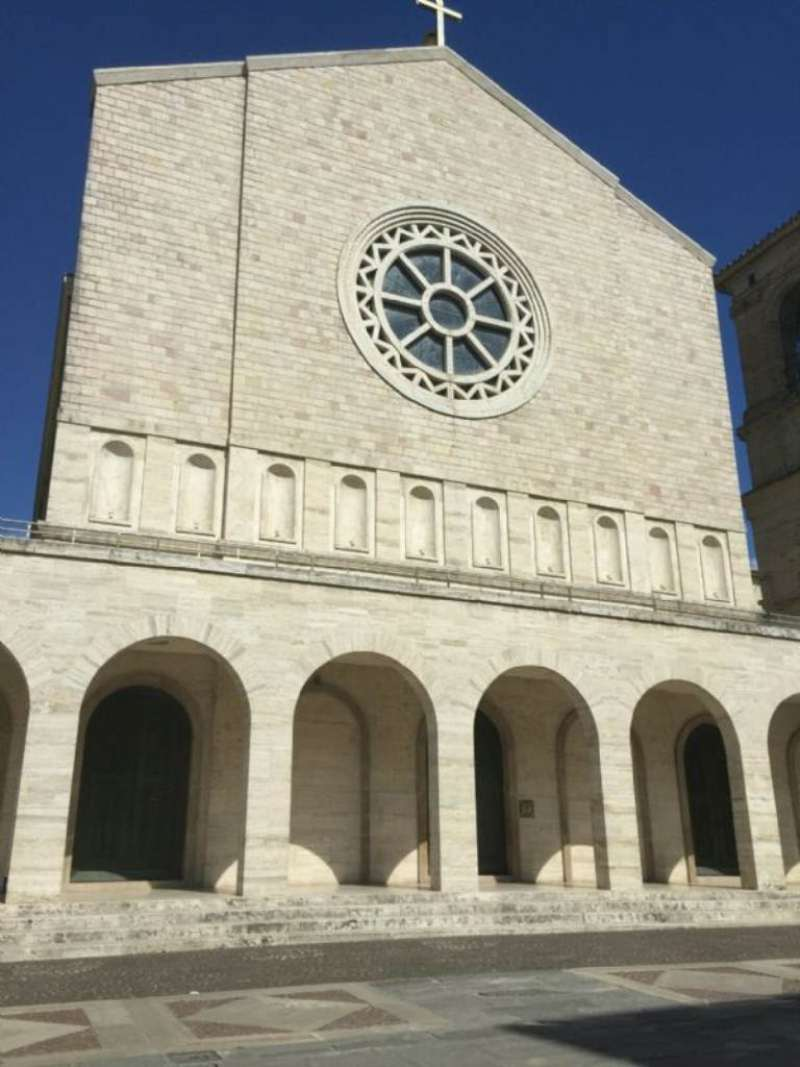 Negozio / Locale in vendita a Bastia Umbra, 9999 locali, prezzo € 385.000 | Cambio Casa.it