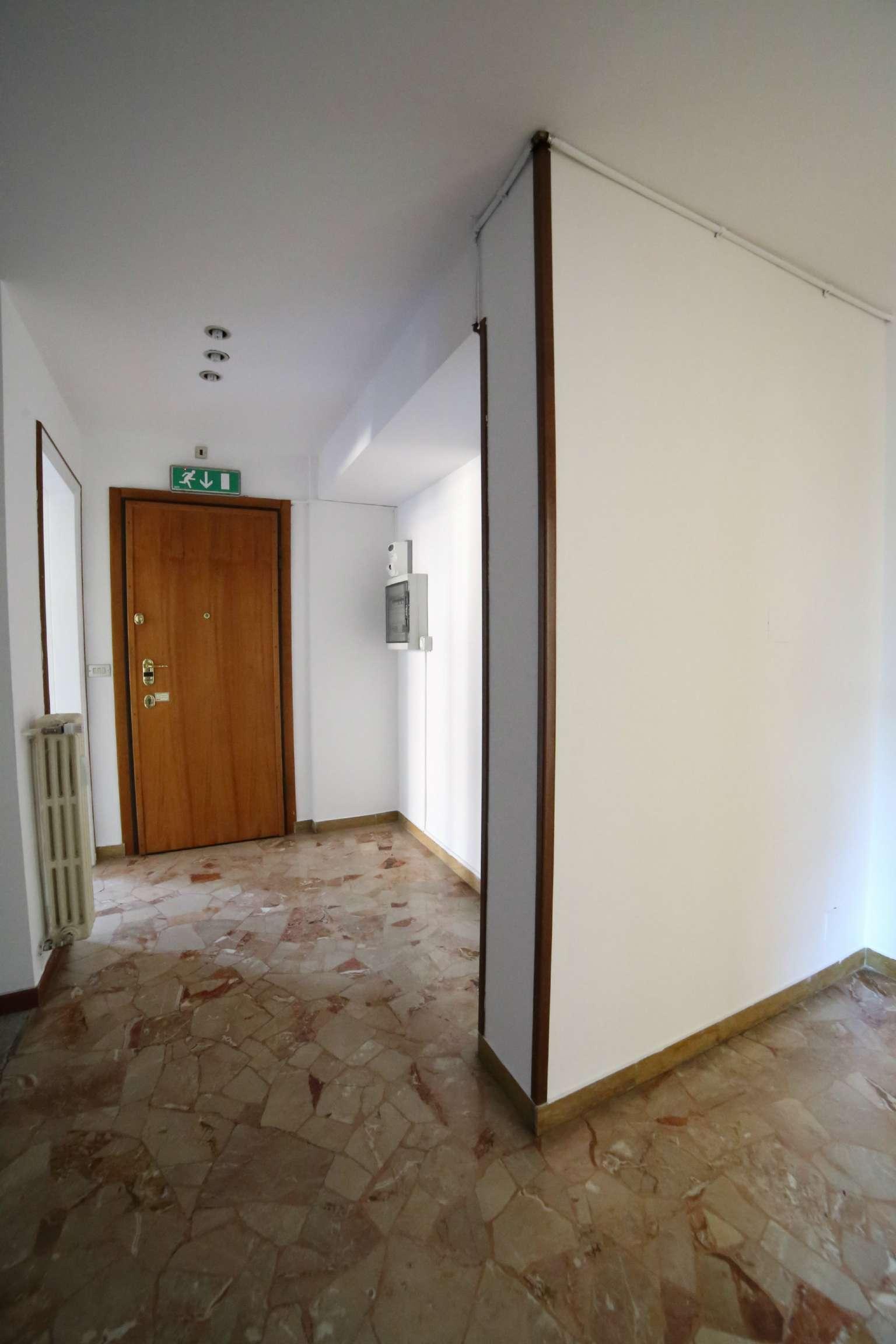 Ufficio / Studio in affitto a Varese, 4 locali, prezzo € 650 | CambioCasa.it