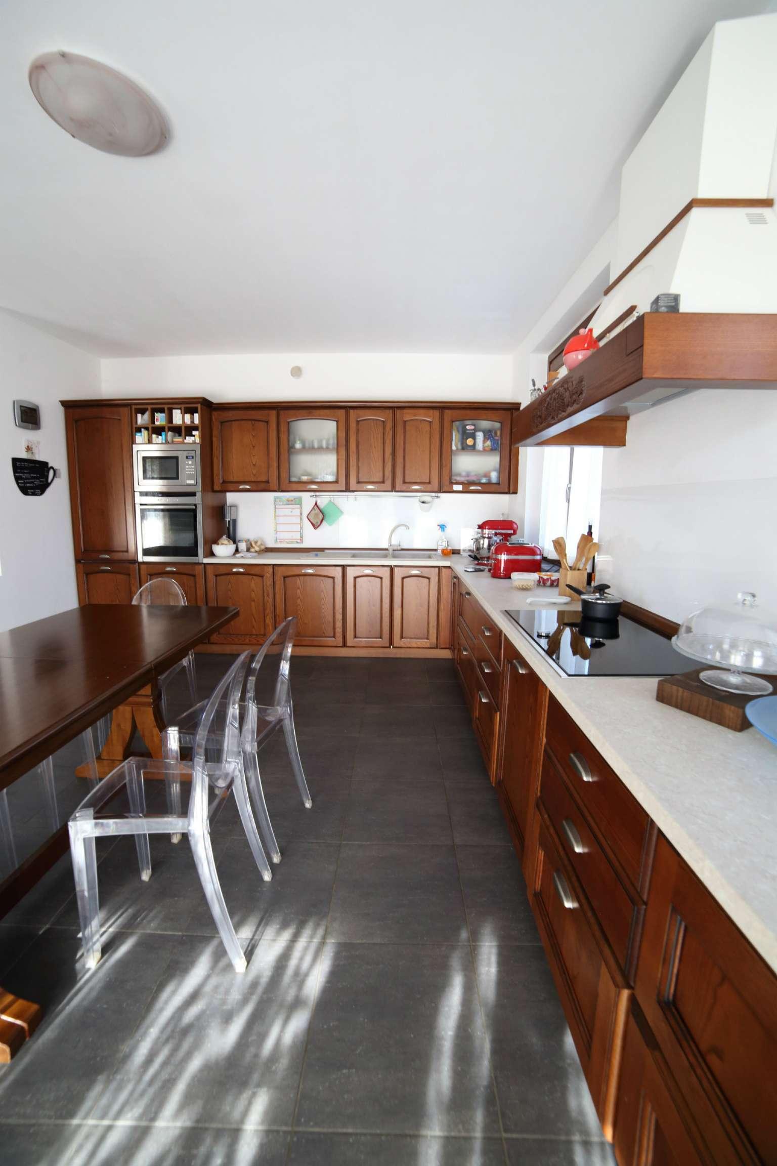 Villa in vendita a Varese, 6 locali, prezzo € 850.000 | CambioCasa.it