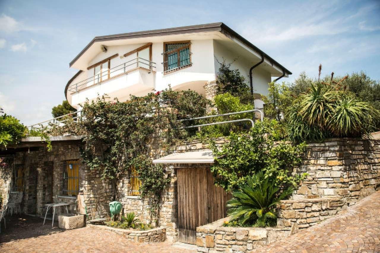 Soluzione Indipendente in vendita a Diano Castello, 8 locali, Trattative riservate | CambioCasa.it