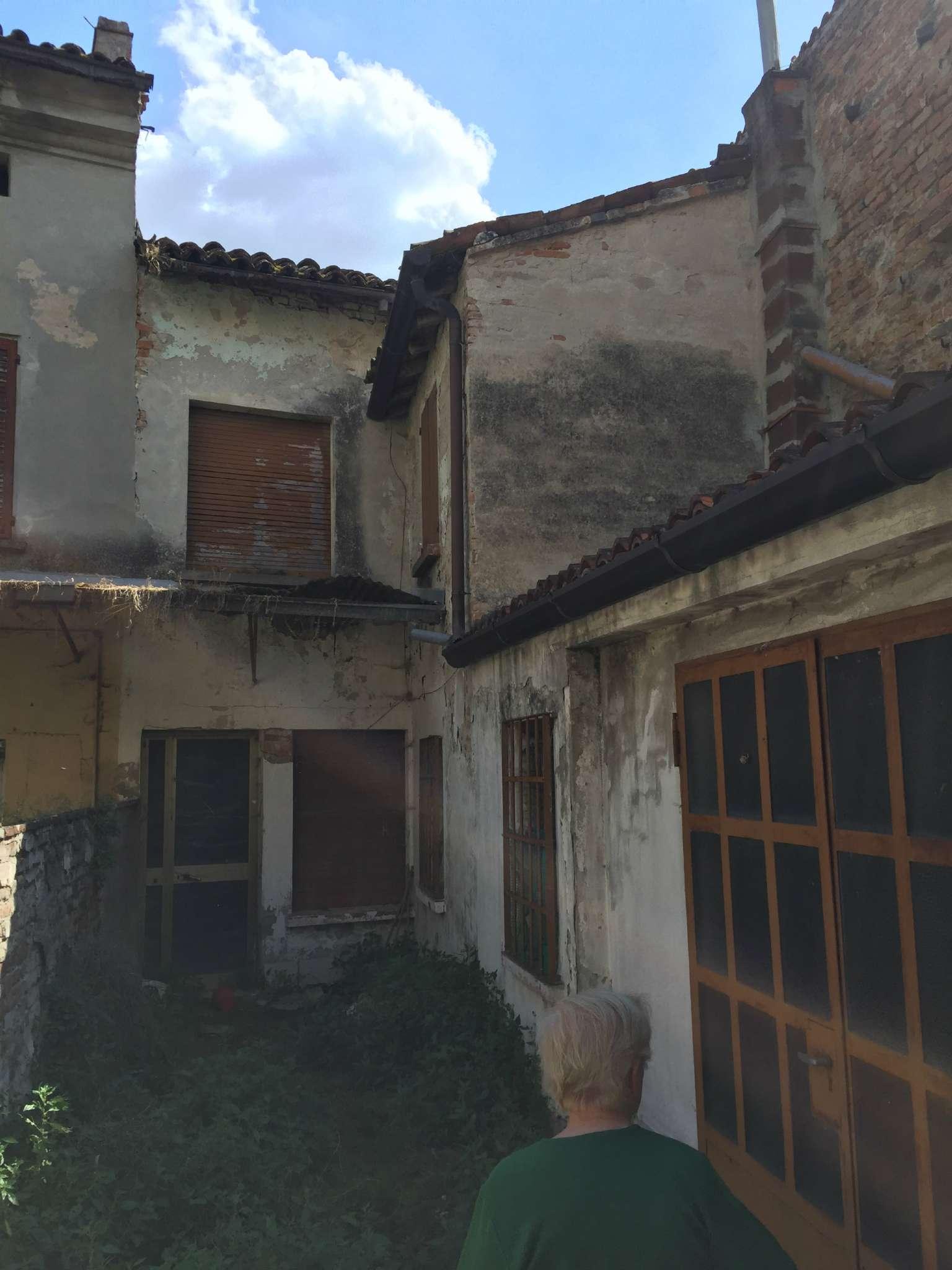 Palazzo / Stabile in vendita a Viadana, 5 locali, prezzo € 70.000   CambioCasa.it