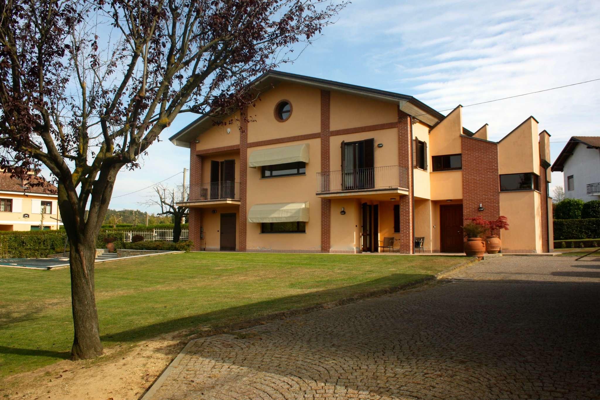 Villa in vendita a Bra, 9 locali, Trattative riservate | CambioCasa.it