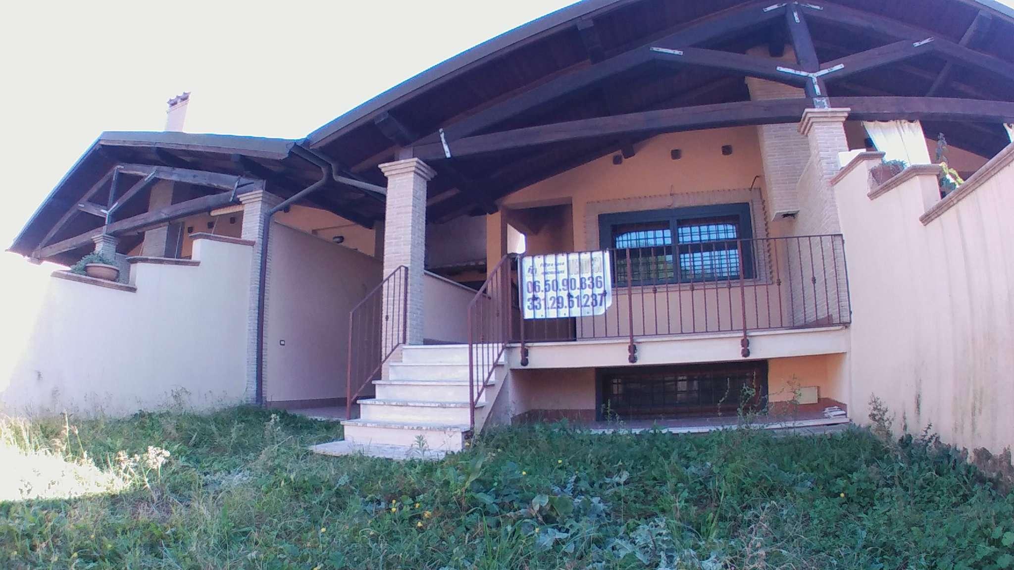 Villa in vendita 6 vani 150 mq.  via CANAZEI Roma